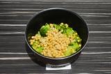 Шаг 4. Добавить к капусте брокколи нут, и стручковую фасоль, добавить воду и туш