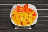 Шаг 3. Болгарские перцы промыть, очистить от семян, удалить плодоножку и нарезат