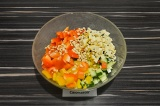 Шаг 5. В глубоком салатнике смешать все ингредиенты, заправить, подсолить и прис