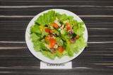 Готовое блюдо: салат с тофу и кедровыми орешками