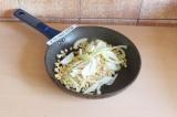 Шаг 2. Зерна кукурузы и лук припустить на сковороде (можно обжарить на масле