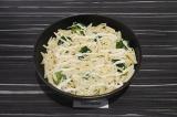 Шаг 6. Смазать сверху сырным соусом и присыпать сыром. Запекать в духовке 3-5 ми