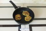 Шаг 5. Готовое пюре выложить по столовой ложке с горкой на сковороду, формируя