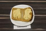 Шаг 2. Ломтики хлеба смазать хумусом.