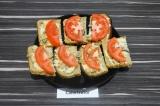 Готовое блюдо: бутерброды с хумусом и шампиньонами