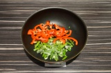 Шаг 2. Болгарский перец нарезать и вместе с фасолью выложить в сухую сковороду