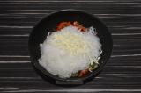 Шаг 3. К овощам добавить фунчозу и сыр, натертый на терке, все перемешать.