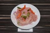 Готовое блюдо: фунчоза с овощами под брусничным соусом