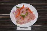 Фунчоза с овощами под брусничным соусом