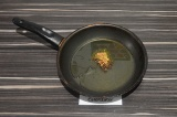 Шаг 2. В сковороде нагреть масло со специями.