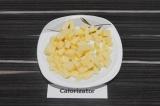 Шаг 4. Сыр нарезать кубиками.