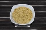 Шаг 1. Размочить соевый фарш в подсоленной воде в течение 20 минут.
