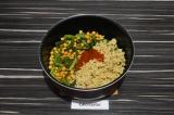 Шаг 4. Добавить фарш, воду, и томатный кетчуп, тушить еще 10 минут под крышкой