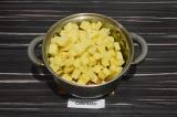 Шаг 4. Добавить картофель, воду, подсолить и тушить на среднем огне под крышкой