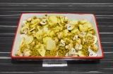 Шаг 5. Смешать соевый фарш с картофелем и грибами, форму закрыть фольгой