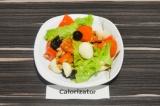 Готовое блюдо: салат из овощей с моцареллой