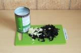 Шаг 9. Добавить кокосовое молоко, чеснок и базилик и потушить минут 20.