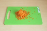 Шаг 2. Натереть морковь на терке.