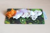Шаг 6. Припустить морковь, лук и грибы в течение 5 минут на сковороде с добавлен