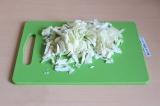 Шаг 7. Нашинковать капусту и добавить ее к овощам. Тушить минут 10.