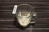 Шаг 2. В чашу блендера выложить творог, залить овсяным молоком и взбить.