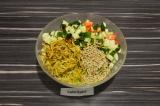 Шаг 3. Смешать ингредиенты в одной миске, добавить картофель пай, семечки и запр