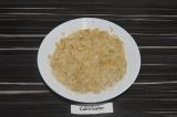 Шаг 1. Белую фасоль выложить на тарелку, размять вилкой.