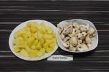 Шаг 1. Картофель и шампиньоны нарезать.
