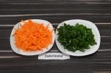 Шаг 2. Морковь натереть на терке, зеленый лук нашинковать.