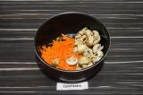 Шаг 4. Шампиньоны и морковь пассеровать на масле со специями примерно пять минут