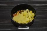 Шаг 5. Добавить картофель и кус-кус, тушить еще несколько минут.