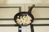 Шаг 6. Обжарить тофу на сухой сковороде.