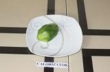 Шаг 3. Авокадо очистить от шкурки.