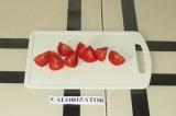 Шаг 6. Помидоры нарезать на четвертинки. Выложить на тарелку помидорки, авокадо