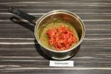 Шаг 2. Добавить клубнику и кленовый сироп, варить еще пару минут.