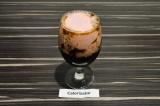Шаг 3. В высокий бокал влить цикорий, а затем массу из мороженого и клубники.