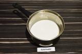 Шаг 1. Молоко смешать с агар-агаром, подсолить чёрной солью и нагреть почти до