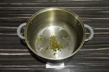 Шаг 3. В глубокой кастрюле нагреть масло и прованские травы.