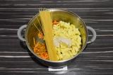 Шаг 4. Добавить морковь, грибы, картофель, спагетти и соус, залить кипятком.
