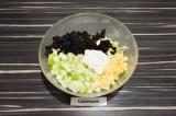 Шаг 3. Смешать в салатнике все ингредиенты, добавить промытый изюм и заправить