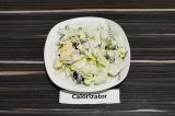 Готовое блюдо: салат айсберг с изюмом и яблоком