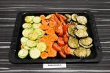 Шаг 3. Выложить на противень овощи, полить заправкой, запекать при 180 градусах
