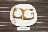Шаг 2. Ломтики хлеба смазать творогом.