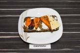 Шаг 3. На творог выложить морковь и сыр.
