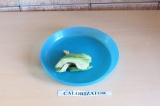 Шаг 4. Нарезать брусочками авокадо.