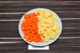 Шаг 2. Картофель и морковь очистить и нарезать кубиками.