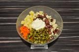 Шаг 4. Выложить в салатник все ингредиенты, добавить каперсы и майонез. Перемеша