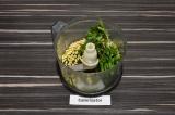 Шаг 2. В чашу блендера выложить зелень петрушки, кедровые орешки и масло. Подсол