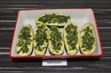 Шаг 3. Выложить баклажаны в форму для запекания, сверху смазать получившимся соу