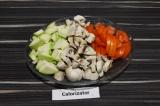 Шаг 1. Овощи нарезать, сыр натереть на терке.